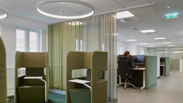 Kontorsmiljö med tyst zon där medarbetare kan arbeta ostört.